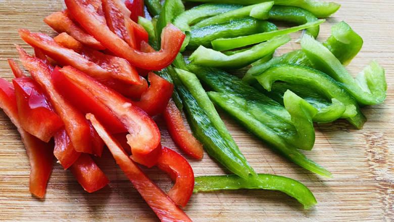 彩椒炒肉丝,红椒、青椒洗净去籽切条状