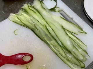 凉拌粉丝黄瓜,黄瓜用刮皮刀,削成黄瓜片
