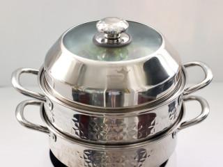 三伏天必备的苦瓜酿肉,锅中倒入适量清水烧开,把苦瓜放入锅中,大火蒸10分钟。