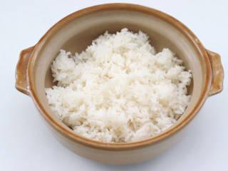 彩椒鸡腿饭,碗底放入米饭。