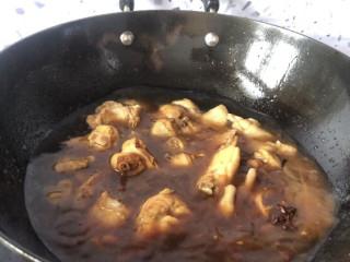 大盘鸡拌面,放入老抽和两碗水 中火炖煮十分钟