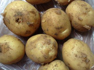 香辣小土豆,如图准备新鲜小土豆