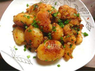 香辣小土豆,如图出锅再散入葱花即可