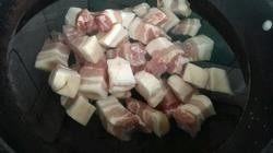 红烧肉,红烧肉的做法图解22.冷水将肉入锅,开锅撤去浮沫,肉捞出控干水分!