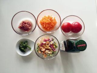 宝宝营养餐(1岁+)-番茄蔬菜肉酱蝴蝶面 ,准备好所有食材 胡萝卜切碎备用