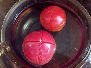 宝宝营养餐(1岁+)-番茄蔬菜肉酱蝴蝶面 ,将番茄划十字口,然后浸没在开水中3-5分钟