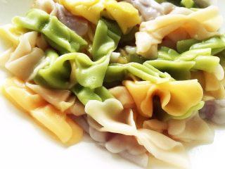 宝宝营养餐(1岁+)-番茄蔬菜肉酱蝴蝶面 ,此时面条煮好捞出放入盘中