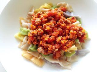 宝宝营养餐(1岁+)-番茄蔬菜肉酱蝴蝶面 ,将酱汁倒入面条中