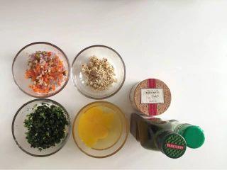 健康低卡餐-菠菜早餐面包,准备好所有食材并处理 菠菜切碎,胡萝卜、洋葱、蘑菇切丁。核桃压碎,直接装到保险袋中用擀面杖压碎。