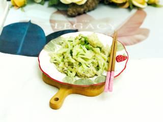 椒盐花菜,装盘后,撒上葱花装饰,清爽的椒盐花菜就做好了