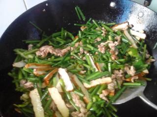 韭菜,肉丝、茶干、盐、鸡精、酱油、老抽酱油,生姜,青椒。,抄一抄放老抽油等、、、