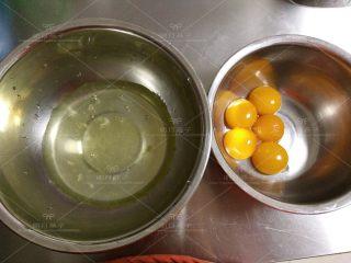 红枣戚风蛋糕,蛋清和蛋黄分别放入无水无油的盆中,蛋白放入冰箱冷藏备用。