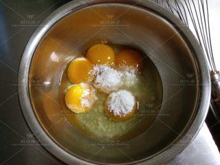 红枣戚风蛋糕,蛋黄加入30克细砂糖用手动打蛋器搅拌到糖融化。