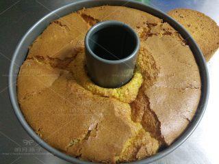 红枣戚风蛋糕,出炉后倒扣,彻底晾凉后脱模。