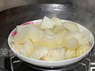 黄金薯球,土豆去皮切块,入锅隔水蒸熟(蒸的时候最好盖上保鲜膜,以免土豆吸收过多水分。)