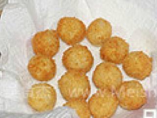 黄金薯球,炸好的薯球用厨房纸吸去多余油脂。