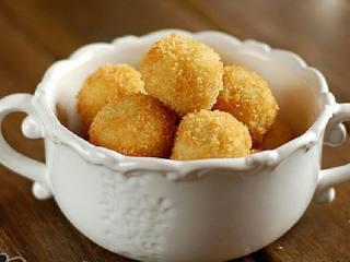 黄金薯球,去除油脂后的薯球即可装盘。