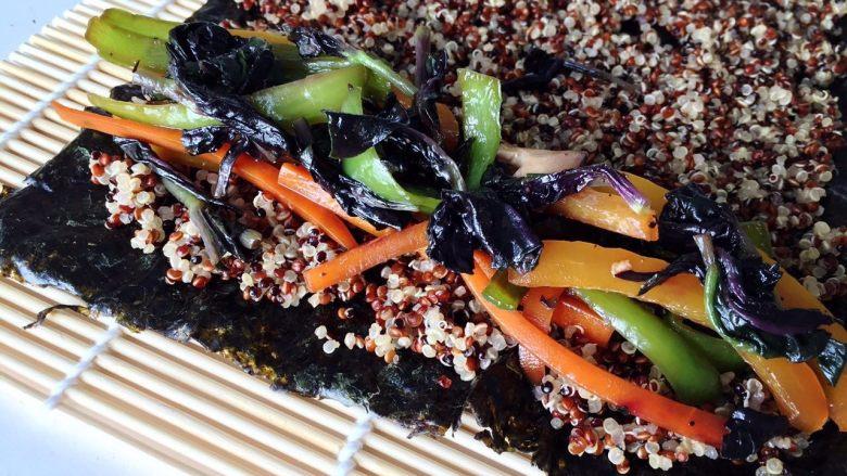 健康低卡餐-秘鲁三色藜麦寿司,放入步骤7中配料
