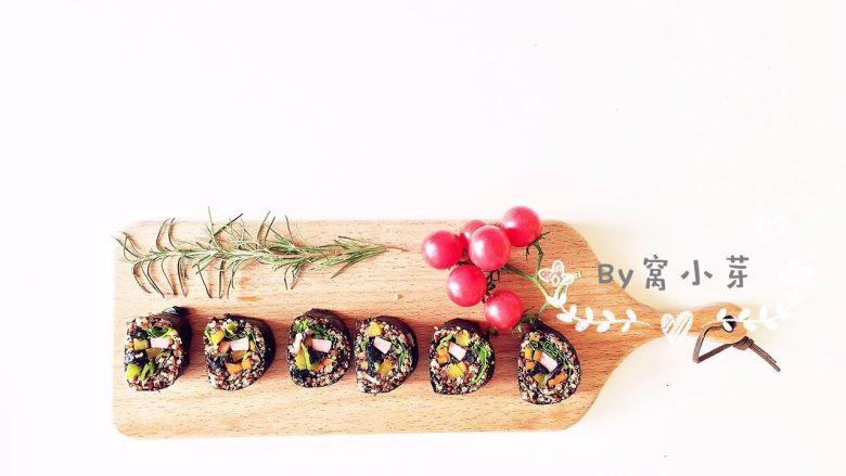 健康低卡餐-秘鲁三色藜麦寿司,用料理刀按照自己喜好切好摆盘即可