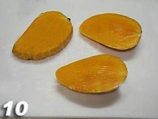 杨枝甘露,将芒果些切成三份。
