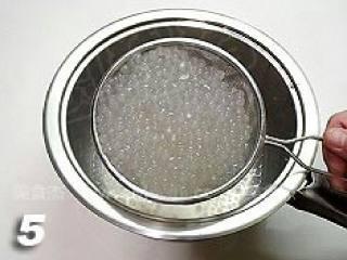 杨枝甘露,熄火加上锅盖再焖10分钟左右,至西米完全变透明色,用滤网捞出西米,用凉水冲洗一遍放至自然冷却。