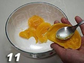 杨枝甘露,用汤匙将果肉挖出。