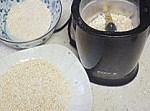 粉蒸排骨,待大米变得金黄,并且有五香的味道,就可以关火,略微晾凉