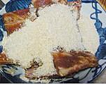粉蒸排骨,腌好的排骨,控一下汤汁,加入大米粉拌匀