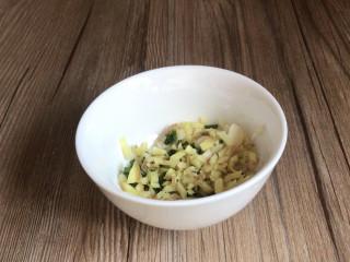黄瓜拌木耳,备好葱姜蒜,装入小碗中