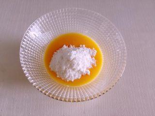 迷你芒果挞,取全蛋1个,加35克糖,搅拌至不见糖颗粒