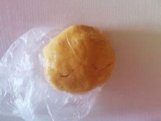迷你芒果挞,将面团装入保鲜膜,放入冰箱冷藏1小时以上