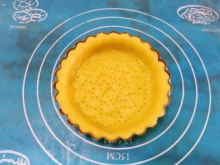 迷你芒果挞,用叉子或者牙签在挞皮上扎上小孔,避免在烤的过程上挞皮膨胀。