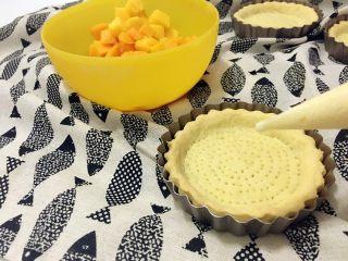 迷你芒果挞,芒果切成小粒,从冰箱里取出冷藏过的卡仕达酱,将入裱花袋。