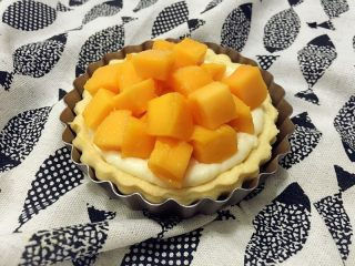 迷你芒果挞,铺上芒果粒即可,自己吃馅料可以多放一点。