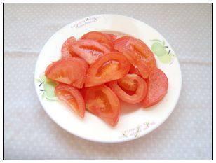 老少皆宜的夏日爽口菜—松仁番茄,番茄洗净,切成厚片。
