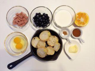 法式吐司砂锅(Casserole )-法棍混合鸡蛋液焗烤后香甜柔软,配合蓝莓火腿丁,爱上这种独特口感,准备好所有食材