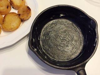 法式吐司砂锅(Casserole )-法棍混合鸡蛋液焗烤后香甜柔软,配合蓝莓火腿丁,爱上这种独特口感,取焗碗涂上少许黄油