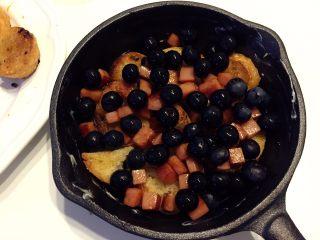 法式吐司砂锅(Casserole )-法棍混合鸡蛋液焗烤后香甜柔软,配合蓝莓火腿丁,爱上这种独特口感,之后平铺上蓝莓和已煎香的小火腿丁