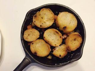 法式吐司砂锅(Casserole )-法棍混合鸡蛋液焗烤后香甜柔软,配合蓝莓火腿丁,爱上这种独特口感,上面再添加另一层的法棍面包片