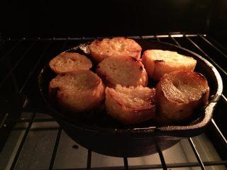 法式吐司砂锅(Casserole )-法棍混合鸡蛋液焗烤后香甜柔软,配合蓝莓火腿丁,爱上这种独特口感,放入预热好的烤箱,180度,15分钟左右,直至鸡蛋液凝固