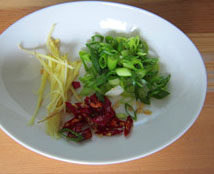 素烧冬瓜,姜切细丝;葱切斜段;干红辣椒剪成段