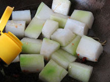 素烧冬瓜,加入上海红烧酱油,煸炒均匀
