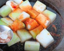 素烧冬瓜,加入适量开水和冰糖,水不要太多,没过冬瓜一半左右即可