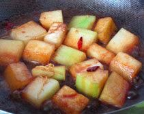 素烧冬瓜,翻炒均匀,大火煮开后,转小火,盖上锅盖焖炖至熟