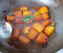 素烧冬瓜,撒上葱花,翻炒均匀;后加点儿鸡精,关火翻炒均匀即可。忌讳鸡精可以不加,口味重可以加点儿盐。