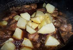 土豆炖鸡块,加入开水没过鸡肉。烧开转小火焖至10分钟。加入盐和过油的土豆继续焖至20分钟,转大火收干汤汁即可