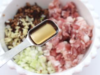 三伏天必备的苦瓜酿肉,加入料酒。