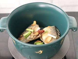 鲈鱼炖豆腐,两面焦黄色的时候,放入八角和葱段。