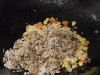 玉米虾仁蛋炒饭,再倒入谷物米饭