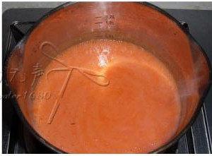 酥皮番茄浓汤 ,将番茄和洋葱末放入料理机,加入<a style='color:red;display:inline-block;' href='/shicai/ 93'>鸡汤</a>打成浓汤,然后倒入锅中加热烧开